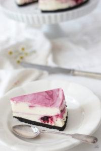 Ein Stueck leckerer Oreo Cheesecake mit säuerlichen Brombeeren und weisser Schokolade von Sweets and Lifestyle