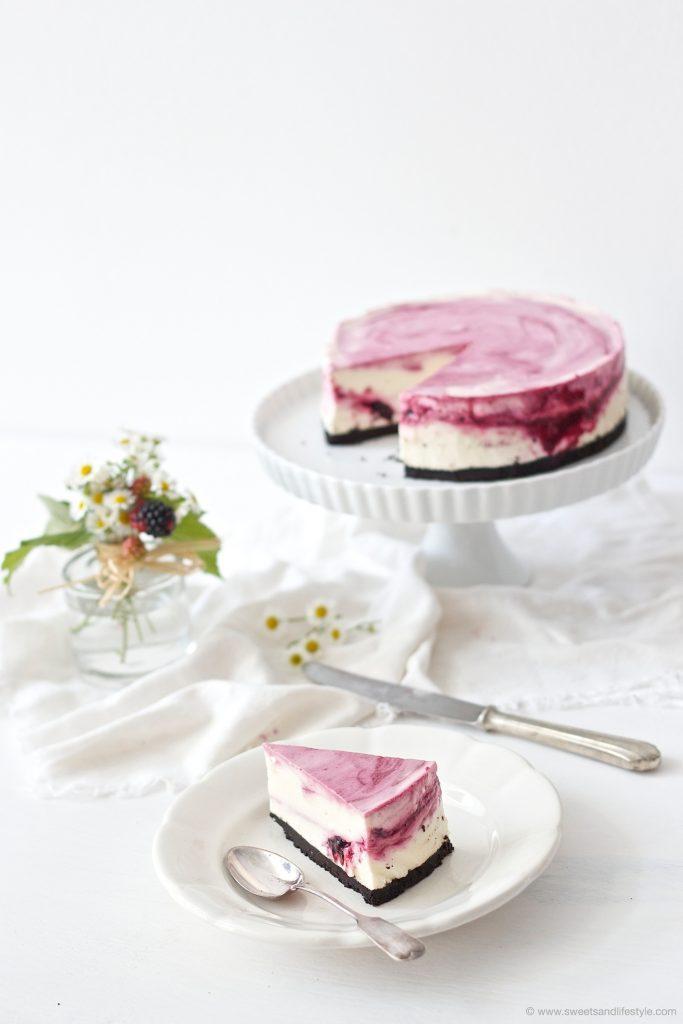 Ein Stueck vom köstlichen, nicht gebackenen Oreo Cheesecake mit Brombeeren und weisser Schokolade von Sweets and Lifestyle