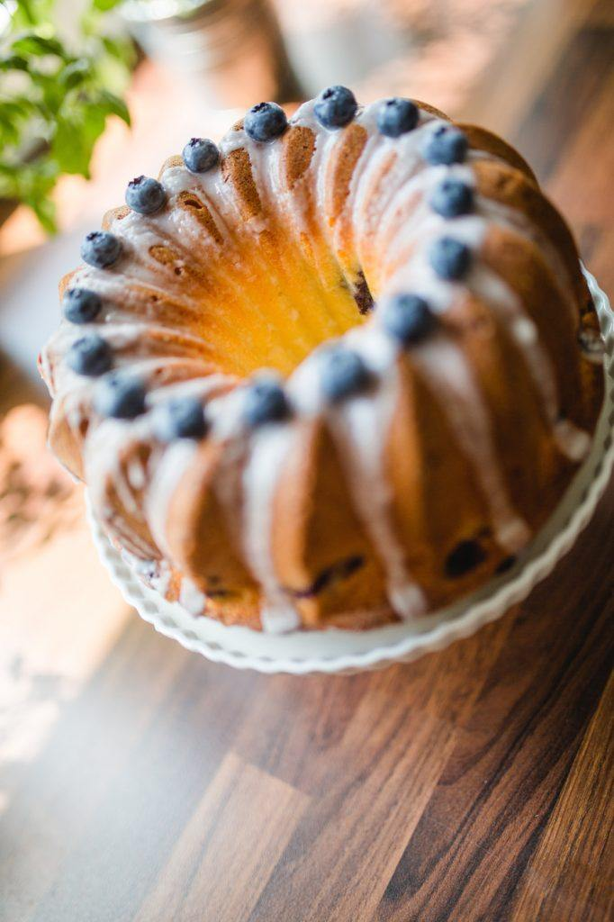 Koestlicher Gugelhupf mit Heidelbeeren drinnen und Zuckerguss obenauf von Sweets and Lifestyle