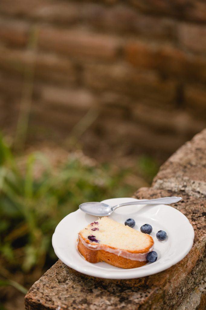 Koestlicher Heidelbeer Gugelhupf Anschnitt von Sweets and Lifestyle