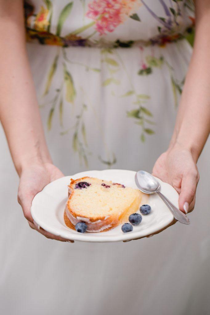 Leckerer Heidelbeer Gugelhupf serviert von Sweets and Lifestyle