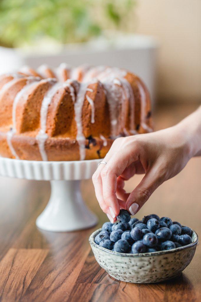 Schnell gemachter Heidelbeergugelhupf mit Zuckerguss nach einem Rezept von Sweets and Lifestyle