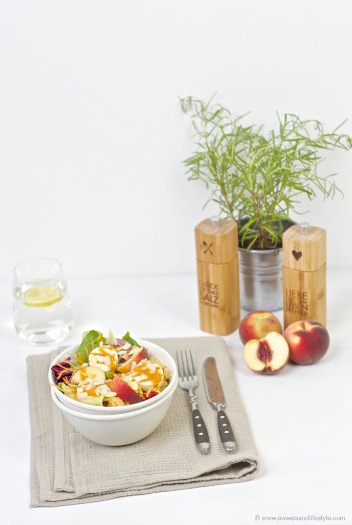 Köstliche, schnell gemachte Salad Bowl mit Couscous, Gartensalat, Grillkaese mit Krautern, Pfirsichen, Paprikarahmsauce und geroesteten Mandelblaettchen von Sweets and Lifestyle