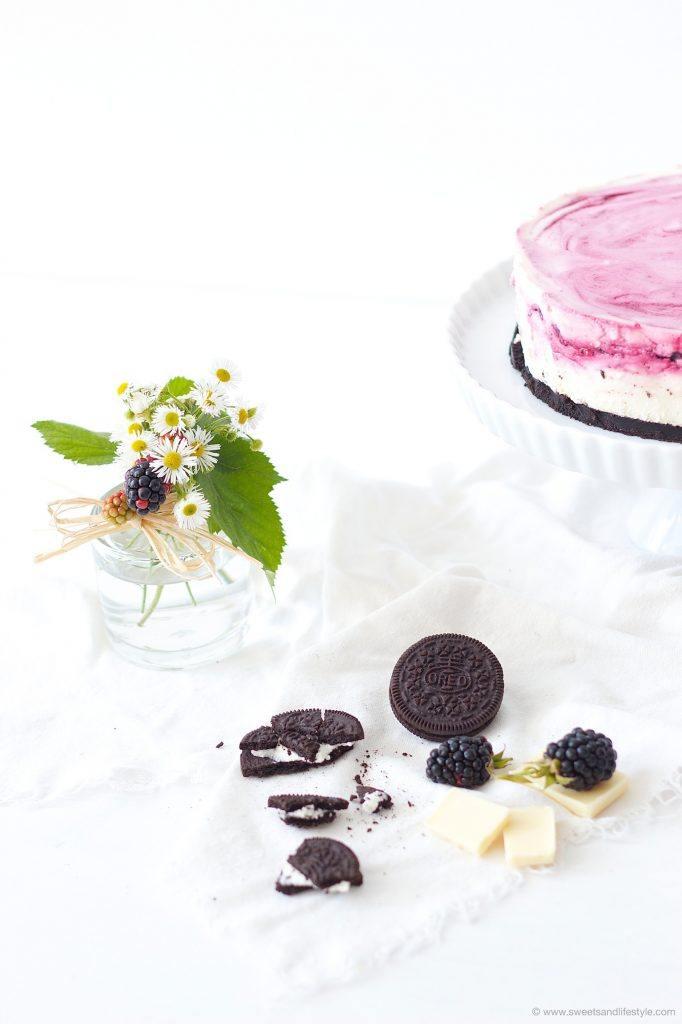Köstlicher, auf der Zunge zergehender Oreo Cheesecake mit Brombeeren und weisser Schokolade der nicht gebacken werden muss von Sweets and Lifestyle