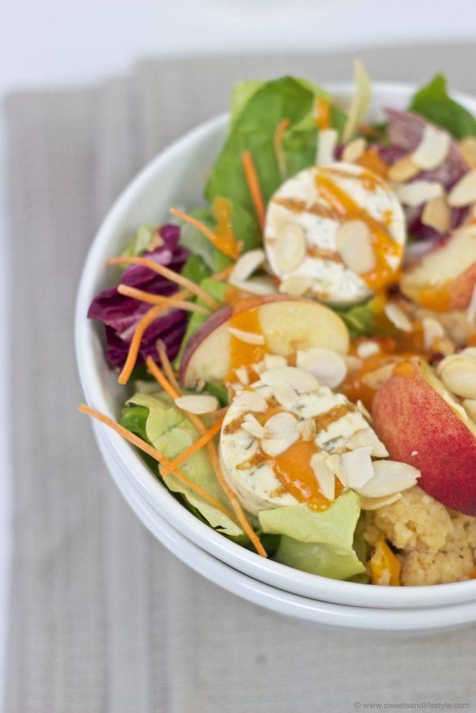 Leckere, sommerliche Salad Bowl mit Grillkaese und Weingartenpfirsich serviert von Sweets and Lifestyle