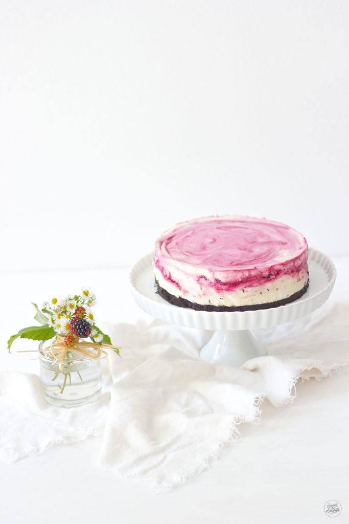 Leckerer No Bake Oreo Cheesecake mit Brombeeren und weisser Schokolade nach einem Rezept von Sweets and Lifestyle