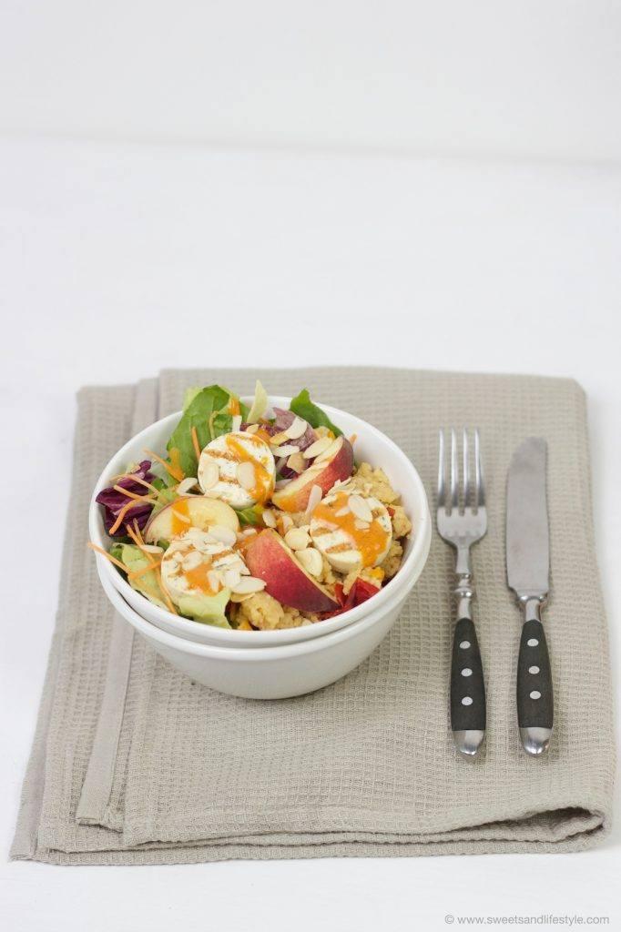 Koestliche, schnell zubereitete Salad Bowl mit Couscous, Gartensalat, Grillkaese mit Krautern, Pfirsichen, Paprikarahmsauce und geroesteten Mandelblaettchen von Sweets and Lifestyle