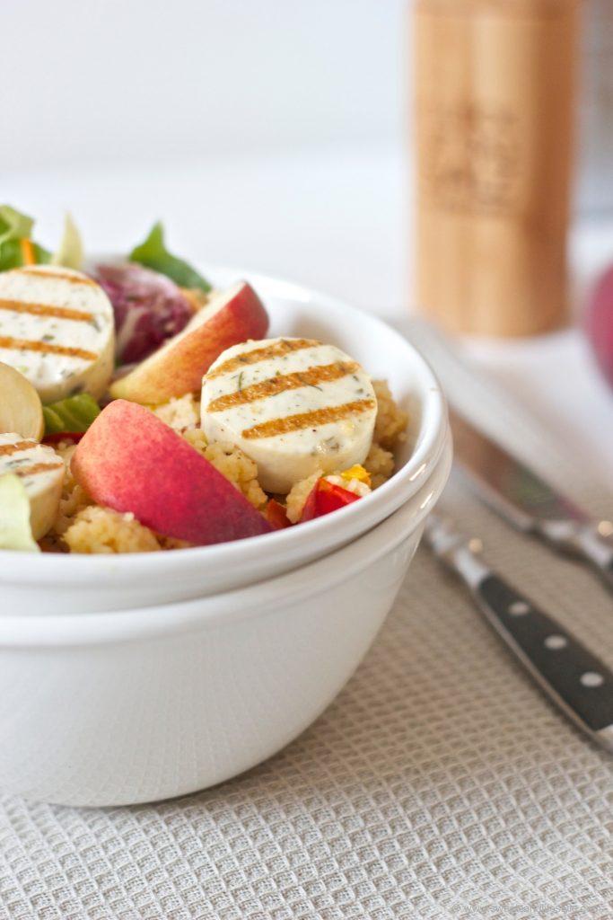 Gesunde Salad Bowl mit Grillkaese und Weingartenpfirsich von Sweets and Lifestyle