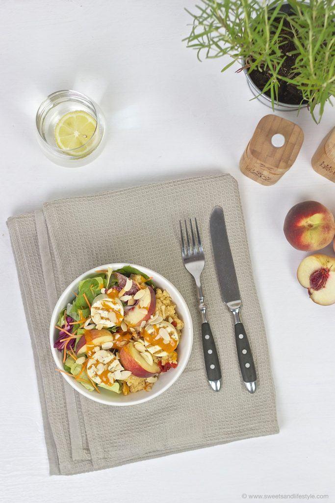 Sommerliche Sommerliche Salad Bowl mit Couscous, Gartensalat, Grillkaese mit Krautern, Pfirsichen, Paprikarahmsauce und gerösteten Mandelblättchen serviert von Sweets and Lifestyle
