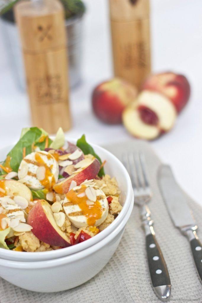 Sommerliche Salad Bowl mit Couscous, Grillkäse und Pfirsich serviert von Sweets and Lifestyle