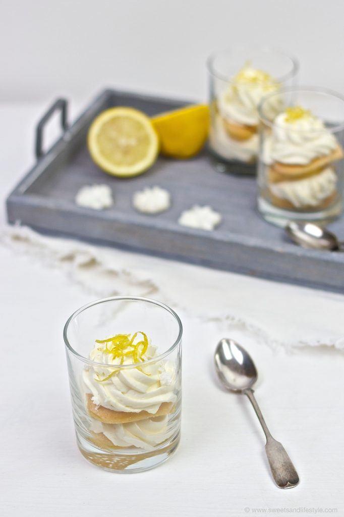 Zitronen Tiramisu im Glas serviert nach einem Rezept von Sweets and Lifestyle