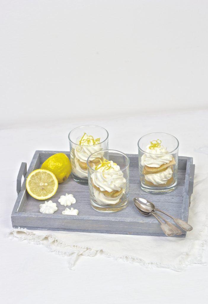 Koestliches und zugleich erfrischendes Zitronen Tiramisu mit Limoncello serviert im Glas nach einem Rezept von Sweets and Lifestyle