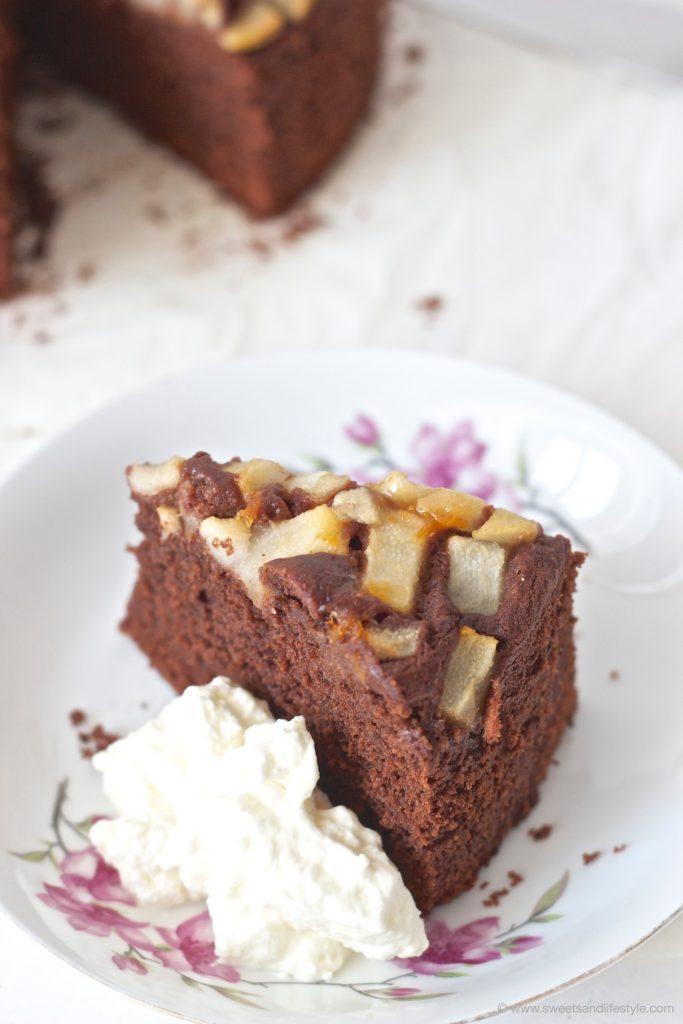 Ein Stück vom saftigen Schoko Birnen Kuchen mit einem Klecks Schlagobers von Sweets and Lifestyle