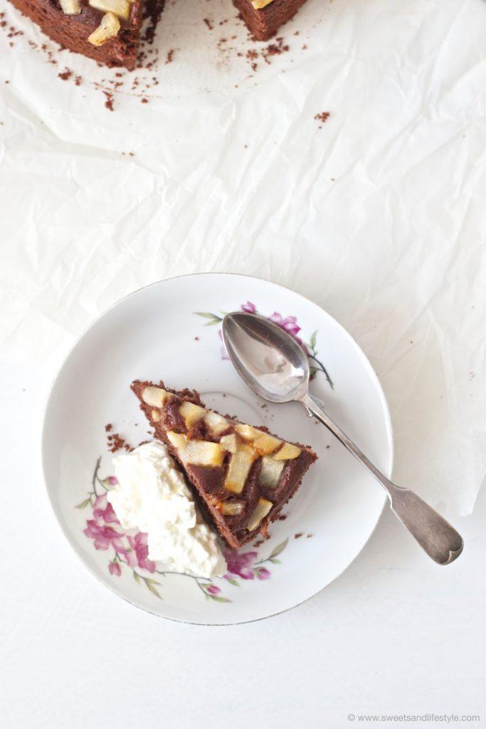 Ein Stueck vom Schoko Birnen Kuchen nach einem Rezept von Sweets and Lifestyle