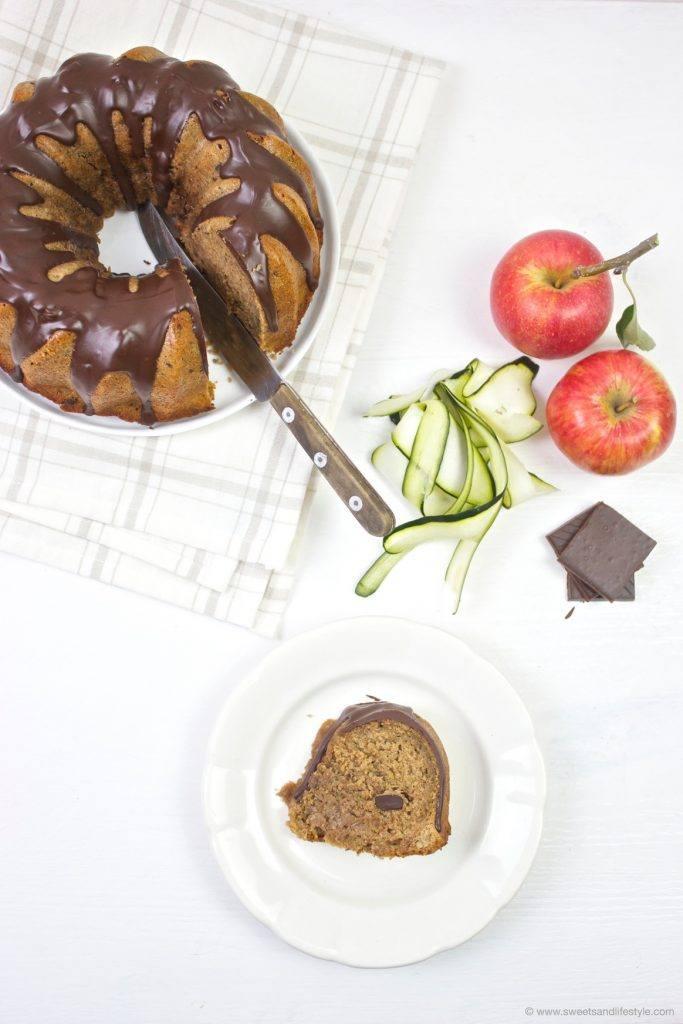 Ein Stück vom saftigen Zucchinigugelhupf mit Schokoglasur serviert von Sweets and Lifestyle