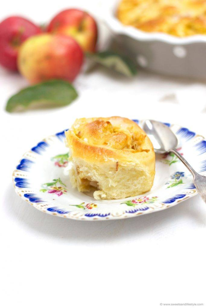 Eine köstliche, wunderbar fluffige Apfel Zimt Schnecke mit Zuckerguss obendrauf nach einem Rezept von Sweets and Lifestyle