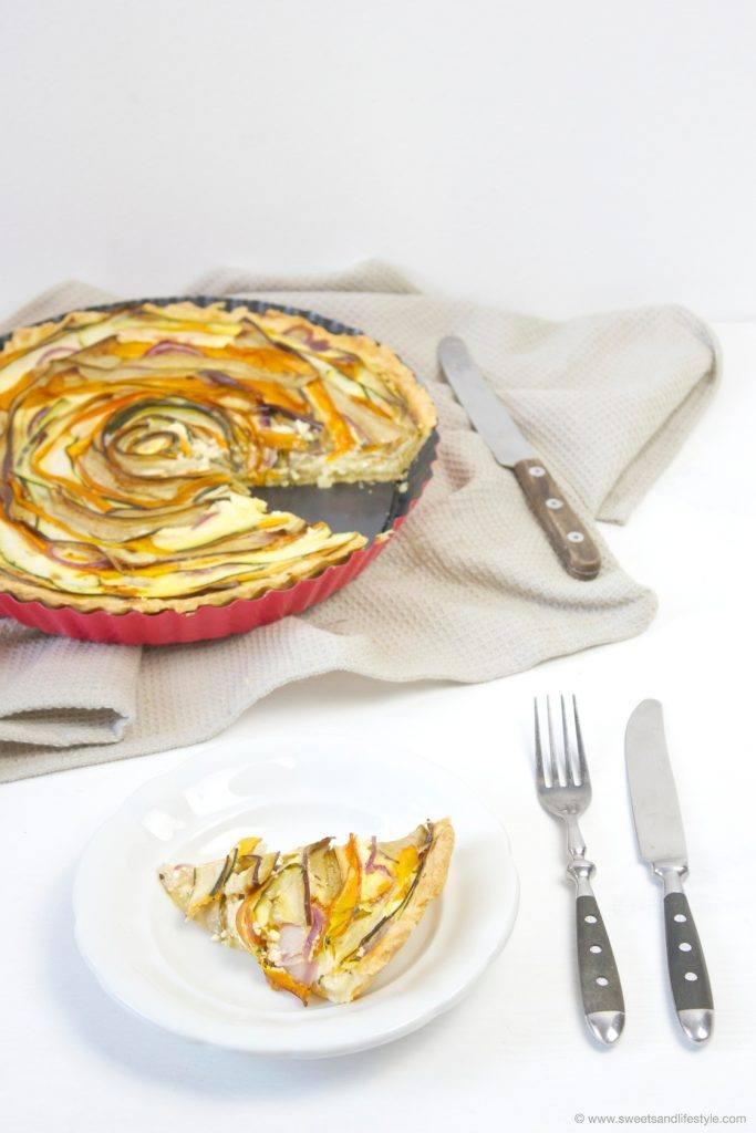Leckere selbst gemachte Gemüsequiche mit frisch geerntetem Gemüse von Sweets and Lifestyle