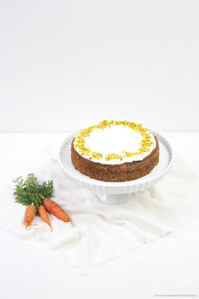 Wunderbar saftige Karottentorte mit Frischkäsefrosting nach einem Rezept von Sweets and Lifestyle
