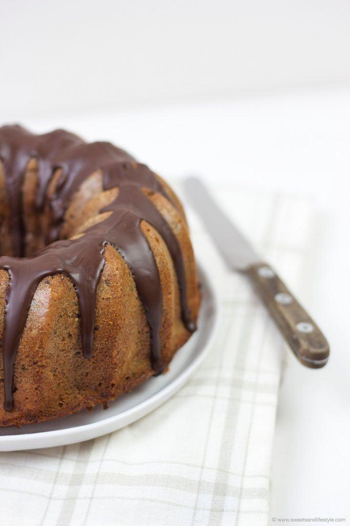 Safiter Zucchini Gugelhupf mit Schokoglasur und Schokostücken im Teig von Sweets and Lifestyle