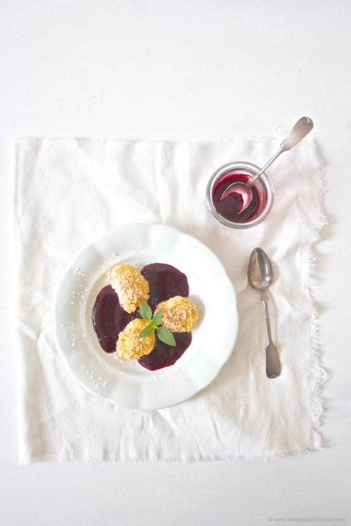 Topfennockerln, herrlich flaumig, mit Bröseln auf einem Fruchtspiegel serviert von Sweets and Lifestyle