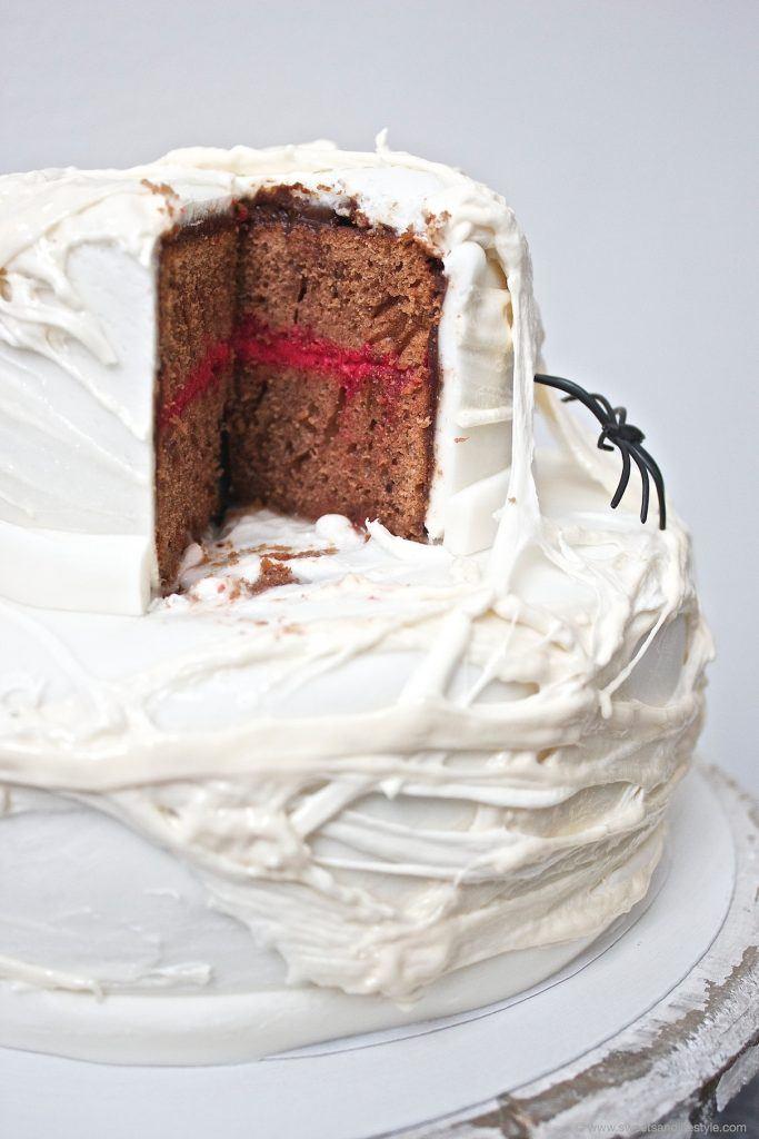 Der Anschnitt der Halloween Torte mit Spinnweben aus Marshmallows von Sweets an Lifestyle
