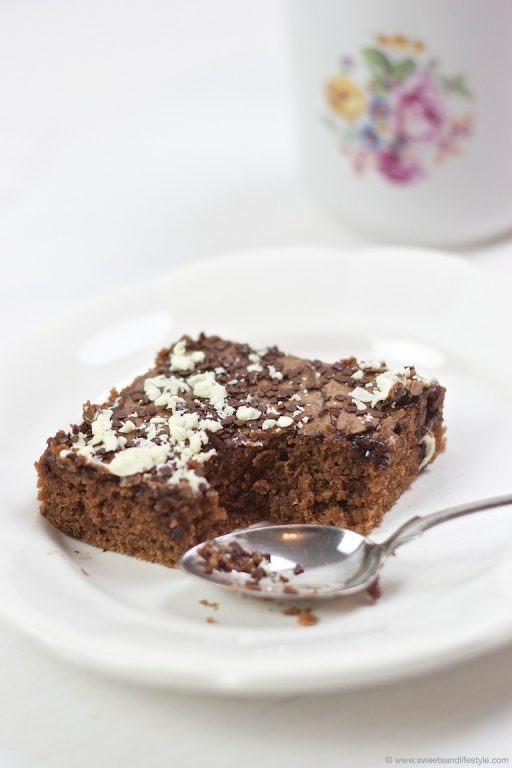 Saftiger Blitz Schokokuchen vom Blech mit zweierlei Schokolade nach einem Rezept von Sweets and Lifestyle