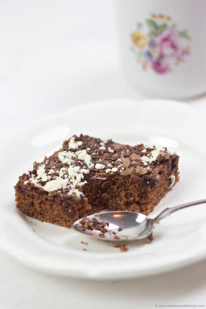 Leckerer Blitzkuchen vom Blech mit zweierlei Schokolade obendrauf nach einem Rezept von Sweets & Lifestyle®