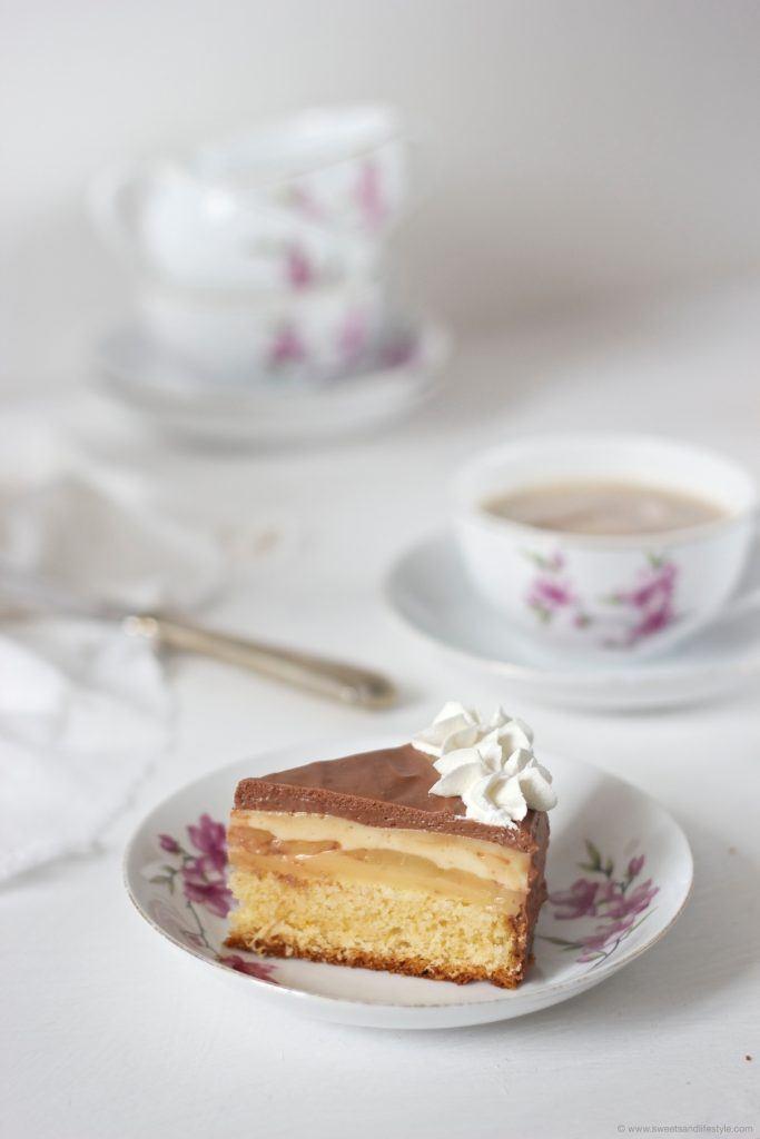 Ein Stück vorzüglich schmeckende Birnen Schokomousse Torte am Teller nach einem Rezept von Sweets and Lifestyle