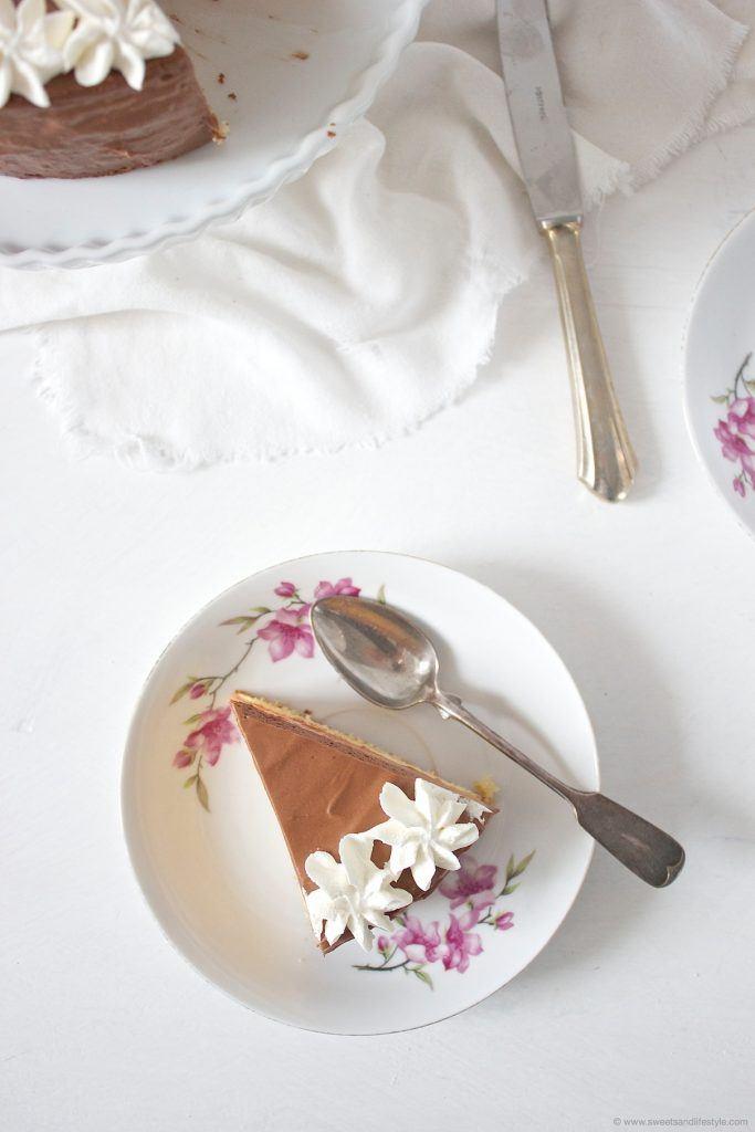 Ein Stück Tortenglück in Form von einem Stück wunderbar schmeckender Schokomousse Torte von Sweets and Lifestyle