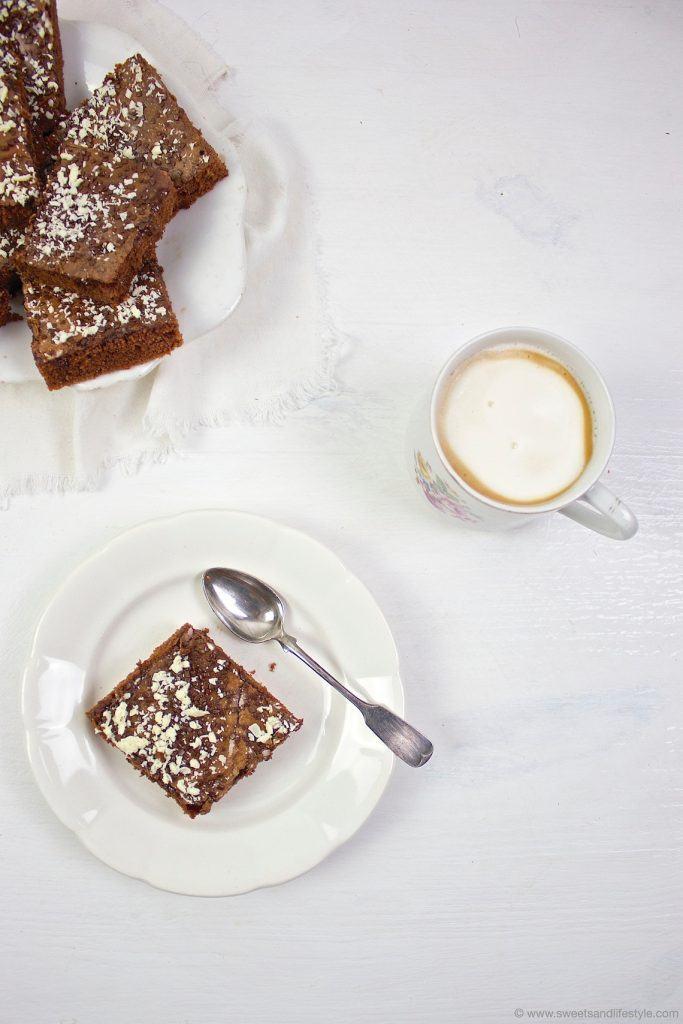 Ein Stück vom köstlichen Blitzkuchen mit Schokoglasur nach einem Rezept von Sweets & Lifestyle®