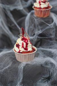 Glassplitter Cupcakes mit Blutspuren aus Kirschsaft für Halloween nach einem Rezept von Sweets and Lifestyle