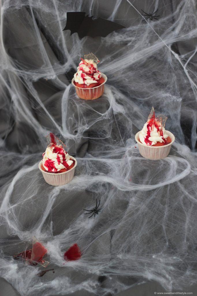 Gruselige Glassplitter Cupcakes mit leckerem Frischkaesetopping von Sweets and Lifestyle