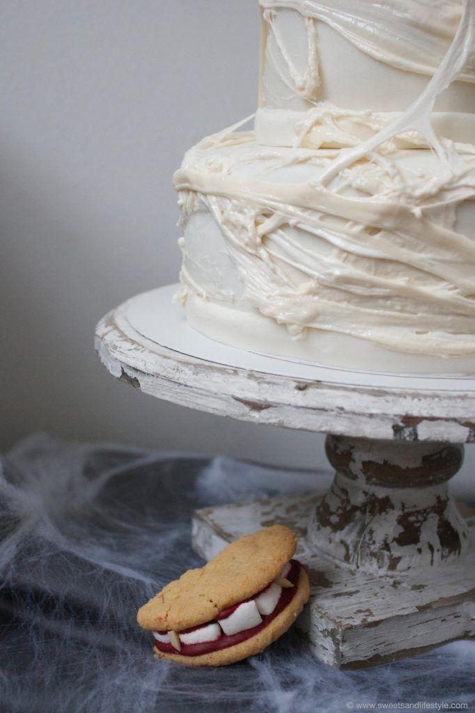 Halloween Torte mit Spinnweben aus zerschmolzenen Marshmallows von Sweets and Lifestyle