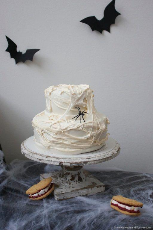 Schaurig schöne Halloween Torte mit Spinnweben und Spinne von Sweets and Lifestyle