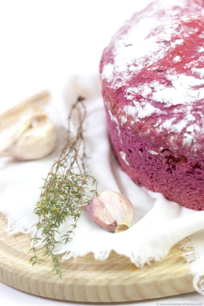 Köstliches, schmackhaftes Rote Rüben Brot mit Knoblauch und Thymian nach einem Rezept von Sweets and Lifestyle