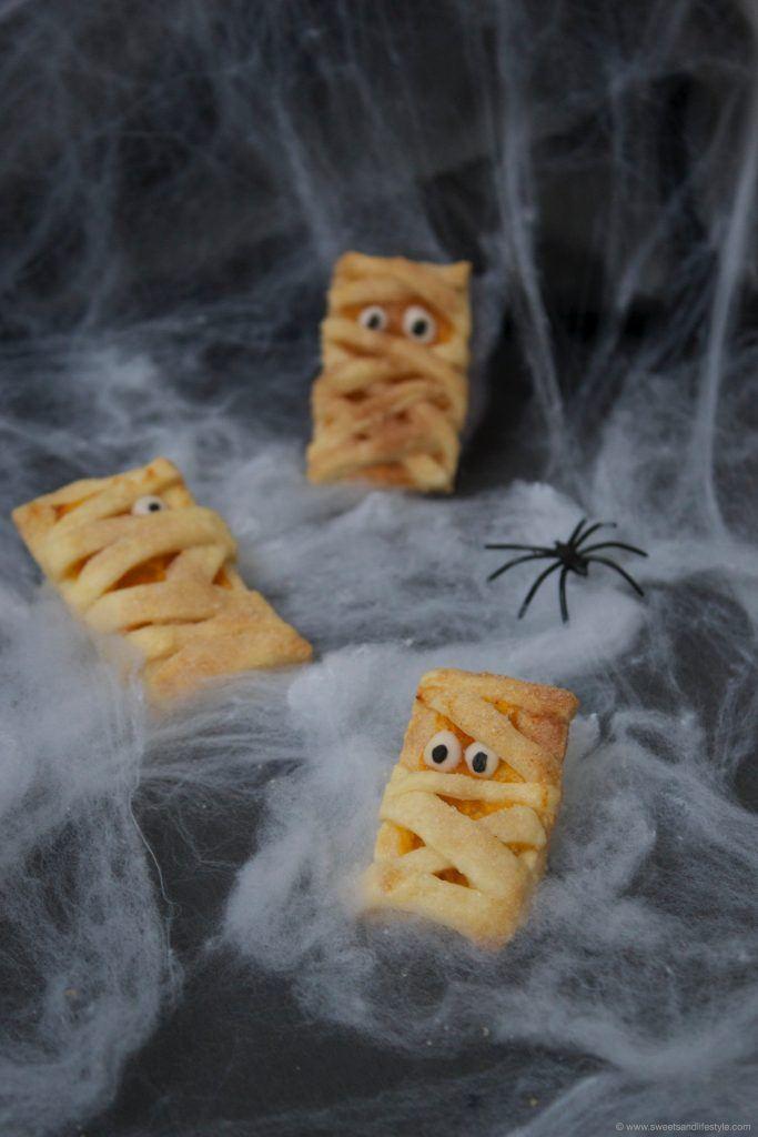 Gruselige Mumienkekse für Halloween, gefüllt mit Kürbismarmelade, nach einem Rezept von Sweets and Lifestyle