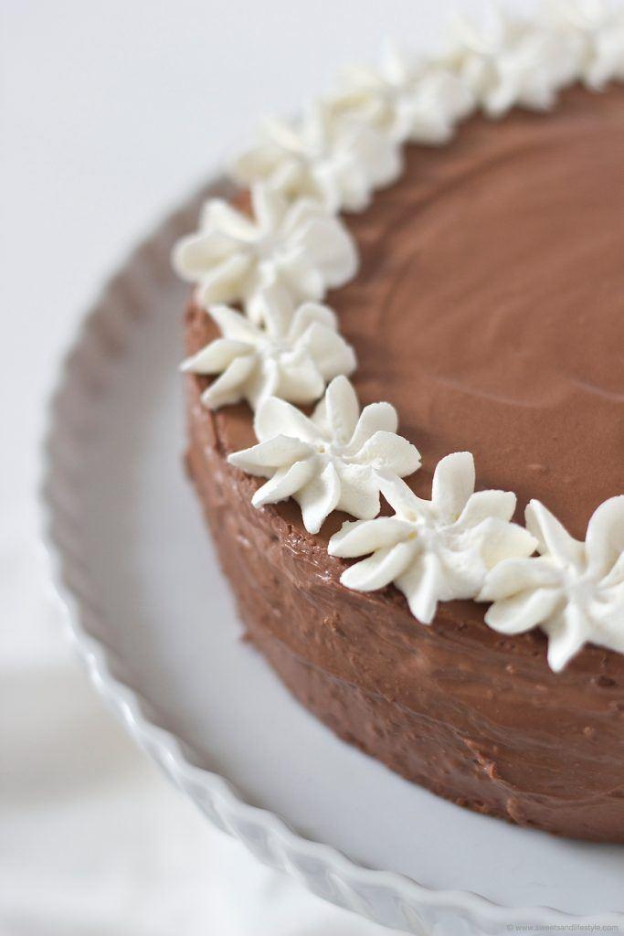 Kleine Röschen auf der Birnen Schokomousse Torte von Sweets and Lifestyle