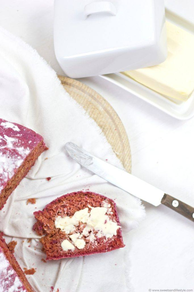Leckeres Rote Rüben Brot genossen mit Butter von Sweets and Lifestyle