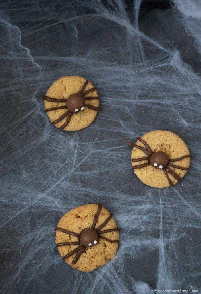 Gruselige Spinnencookies in Form von Erdnussbuttercookies mit Schokoladebeinen von Sweets and Lifestyle