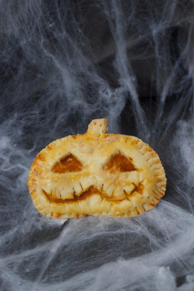 Pikante, mit Kürbisfülle gefüllte Halloween Hand Pies als Idee für Halloween von Sweets and Lifestyle