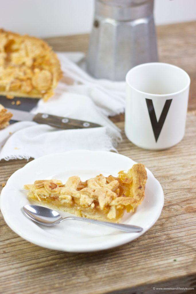 Ein Stück köstlicher gedeckter Apfelkuchen mit einer herrlich süßen Apfel-Fülle, nach einem Rezept von Sweets and Lifestyle