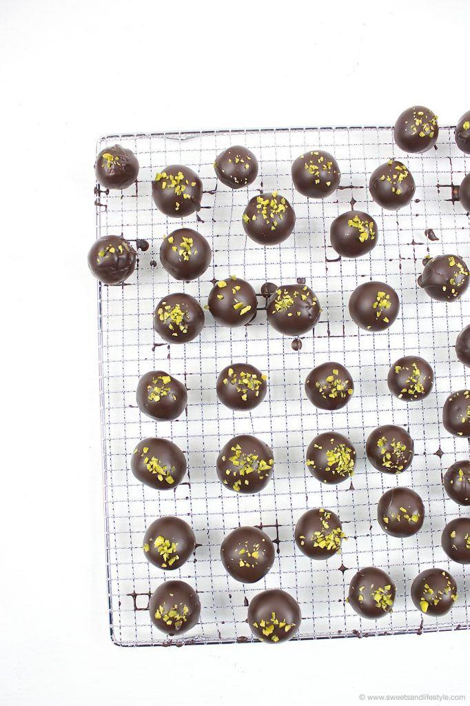 Herstellung von selbst gemachten Mozartkugeln nach einem Rezept von Sweets and Lifestyle