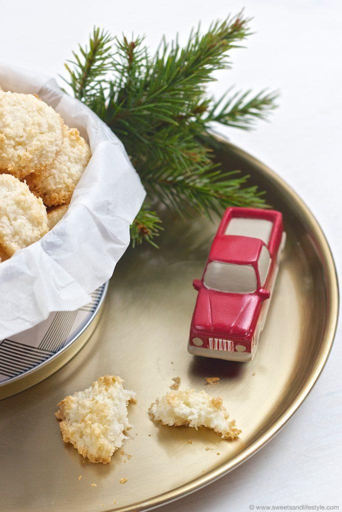 Koestliche Kokosbusserl, die auch ideal zur Eiweißresteverwertung sind, dürfen am Keksteller zu Weihnachten nicht fehlen von Sweets and Lifestyle