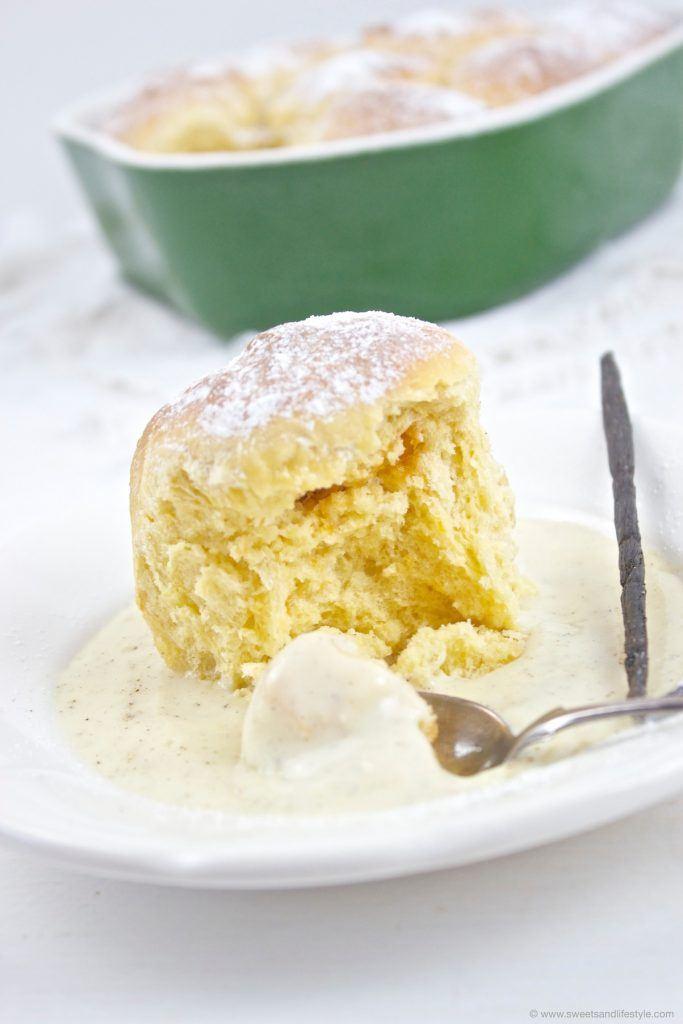 Leckere Buchteln mit Vanillesauce frisch aus dem Backrohr von Sweets and Lifestyle