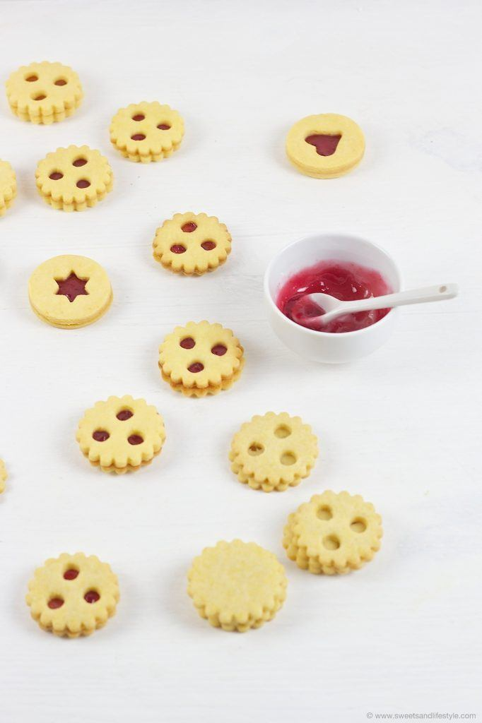 Linzer Augen Herstellung in der Küche von Sweets and Lifestyle