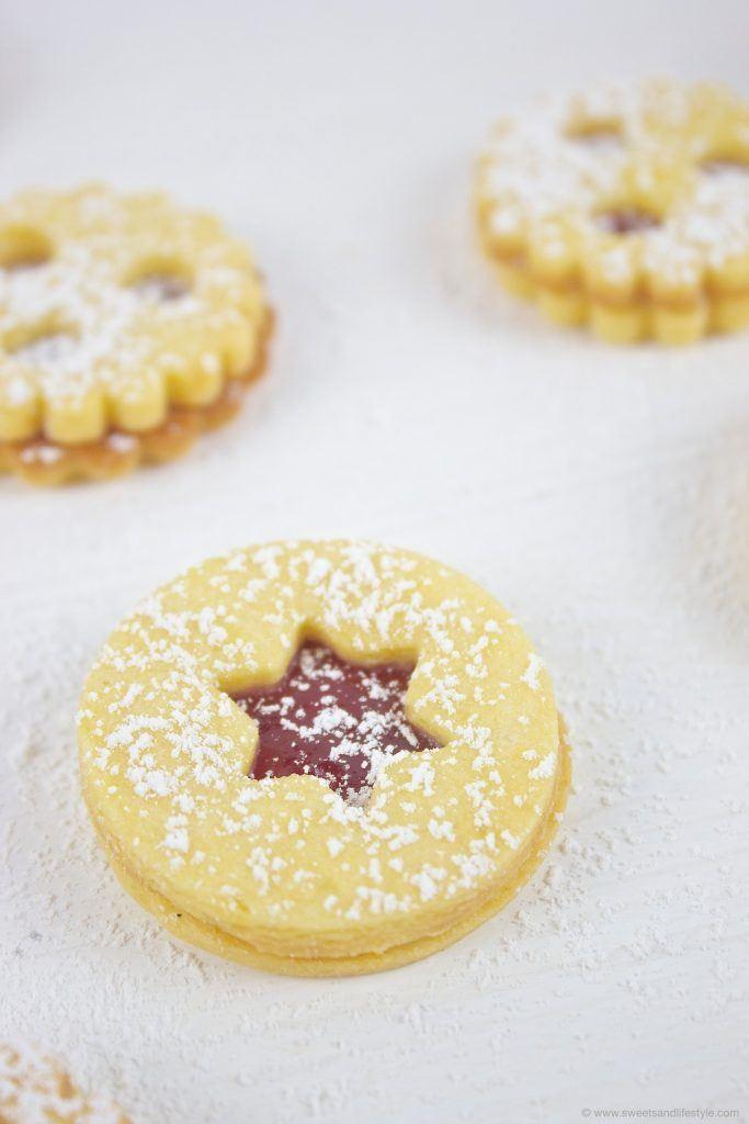 Köstliche Linzer Augen mit Sternform, gefüllt mit Ribiselmarmelade, nach einem Rezept von Sweets and Lifestyle