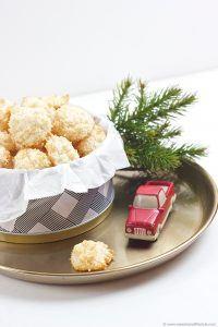 Luftige Kokosbusserl am weihnachtlichen Keksteller von Sweets and Lifestyle
