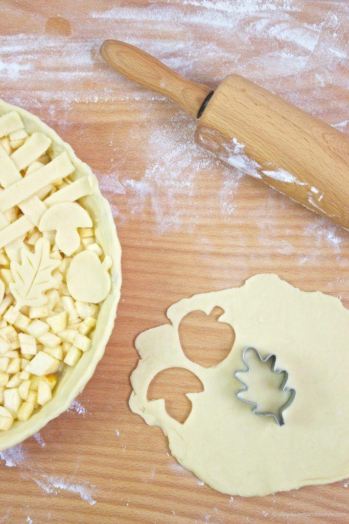 Mit herbstlichen Motiven gedeckter Apfelkuchen in the making in der Küche bei Sweets and Lifestyle