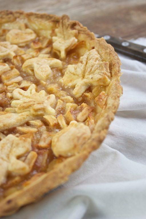 Mit herbstlichen Motiven wie Blättern, Äpfeln und Pilzen gedeckter Apfelkuchen nach einem Rezept von Sweets and Lifestyle