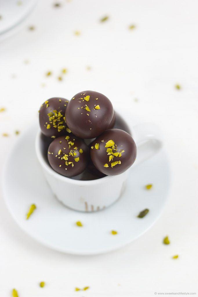 Selbst gemachte Mozartkugeln als leckeres DIY Weihnachtsgeschenk von Sweets and Lifestyle